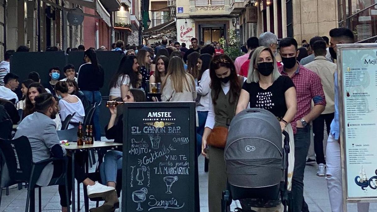 Calles y terrazas del centro de Cartagena abarrotadas.