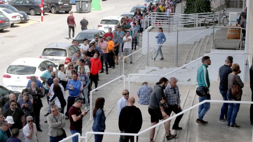 Largas colas para comprar entradas del Cartagena-Rayo Majadahonda