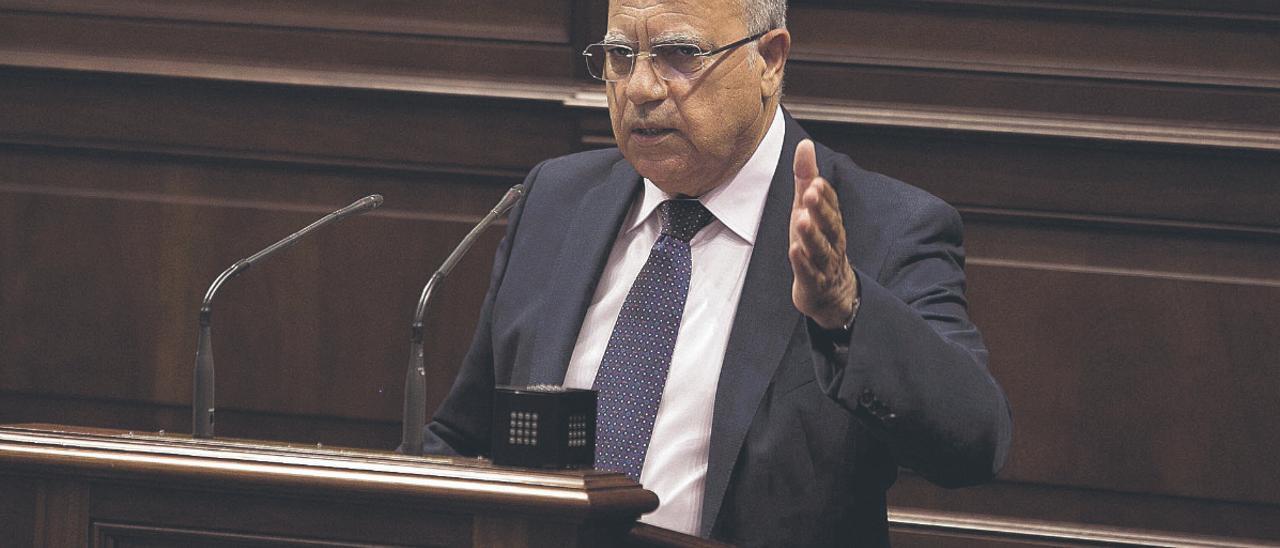 Casimiro Curbelo, ayer, durante una de sus intervenciones en el Parlamento de Canarias.