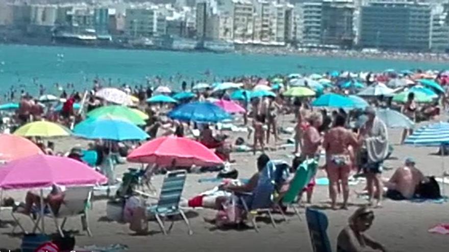 Ola de calor en Las Palmas de Gran Canaria, playa de Las Canteras (16/08/2021)