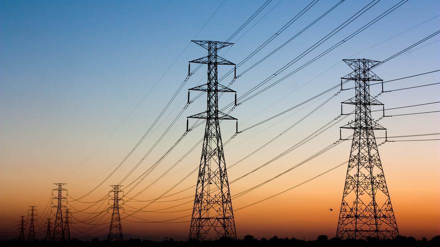 Las eléctricas aprovechan la confusión en la luz con tarifas 'fijas'