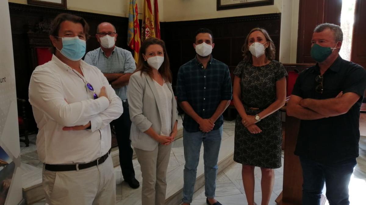 El alcalde y otros ediles del gobierno local con responsables de Red Eléctrica y Pavasal.