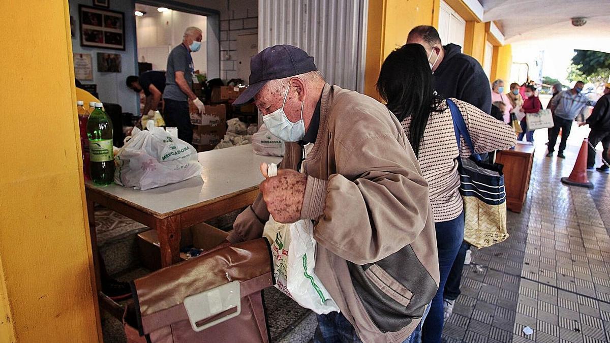 Cola para recoger comida en la barriada de García Escámez, en Santa Cruz de Tenerife.