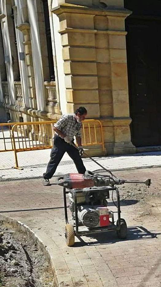 Un operario trabajando en una de las zonas a restaurar.
