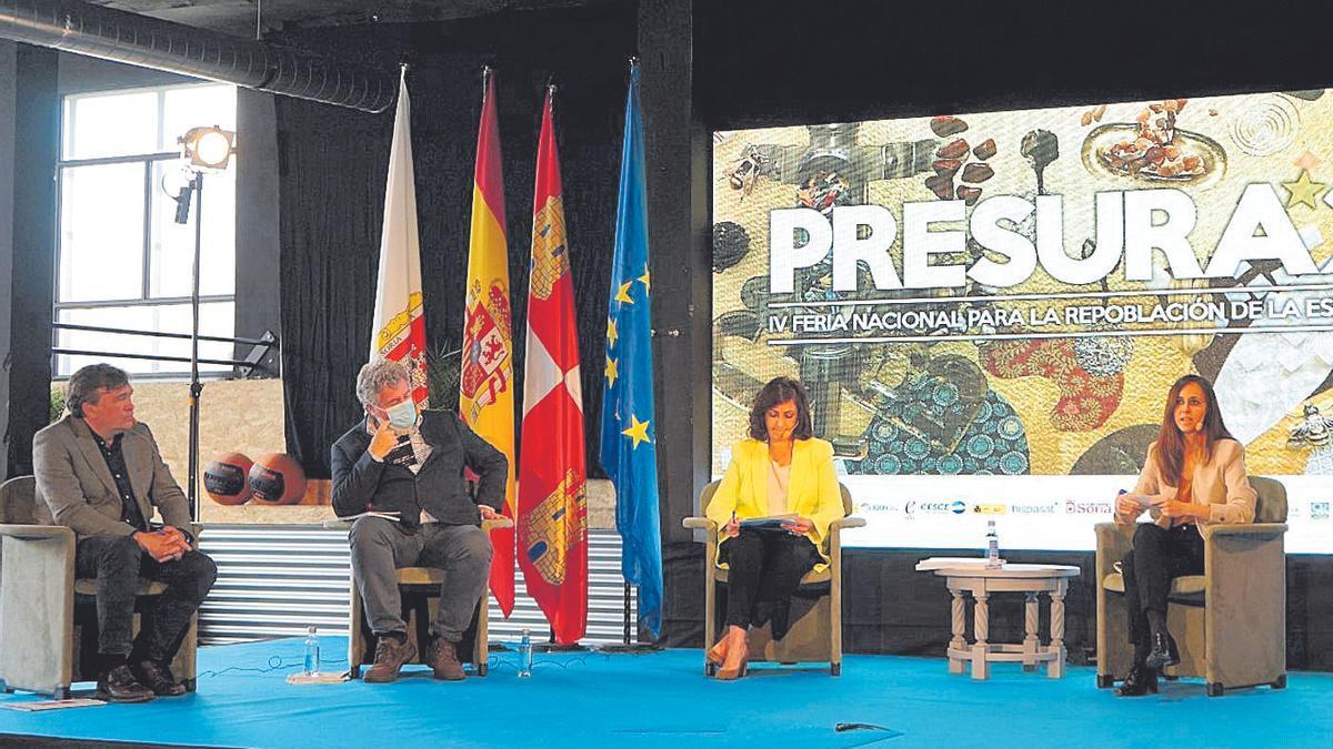 Tomás Guitarte, diputado de Teruel Existe, sentado a la izquierda, en la mesa redonda junto a la ministra Ione Belarra.
