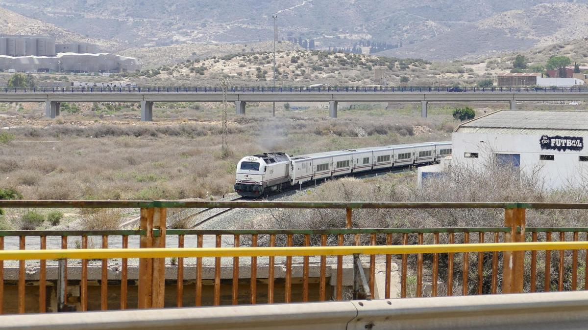 Un tren circula por las vías de Cartagena.