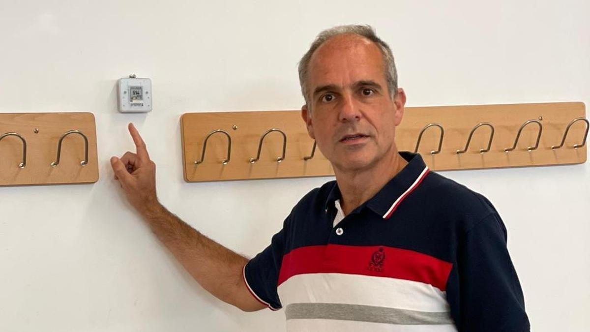 Carlos Escudero muestra uno de los medidores de CO2, en el Aula Magna de la Facultad de Derecho de la UDC.