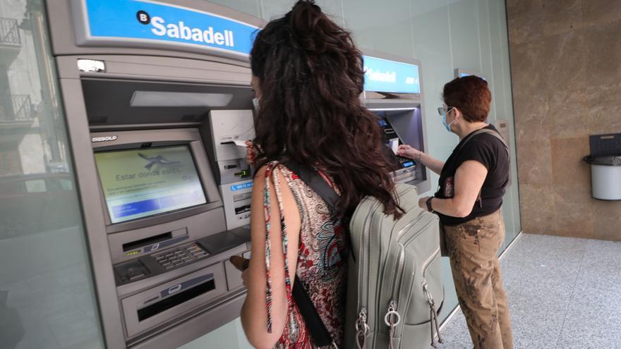 El Sabadell cierra cuatro oficinas en Alicante y reduce el horario de otras 18