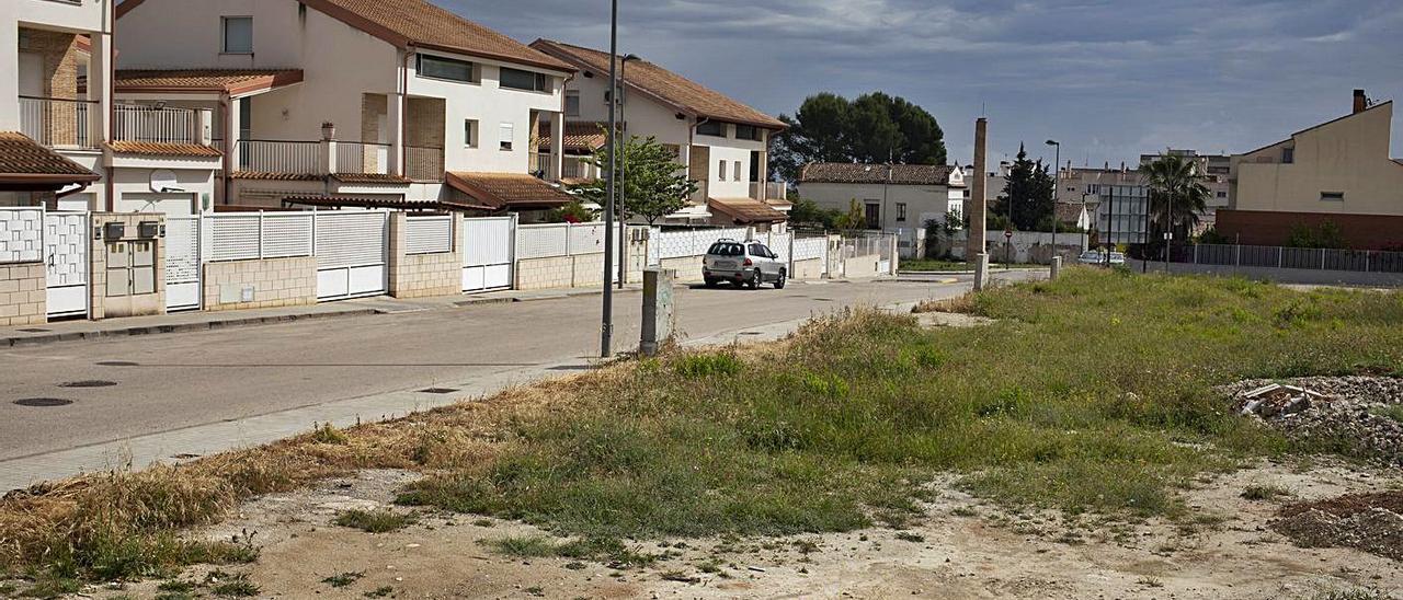 Solares y viviendas en la urbanización La Torre, donde se construirá el centro de día, ayer.   PERALES IBORRA
