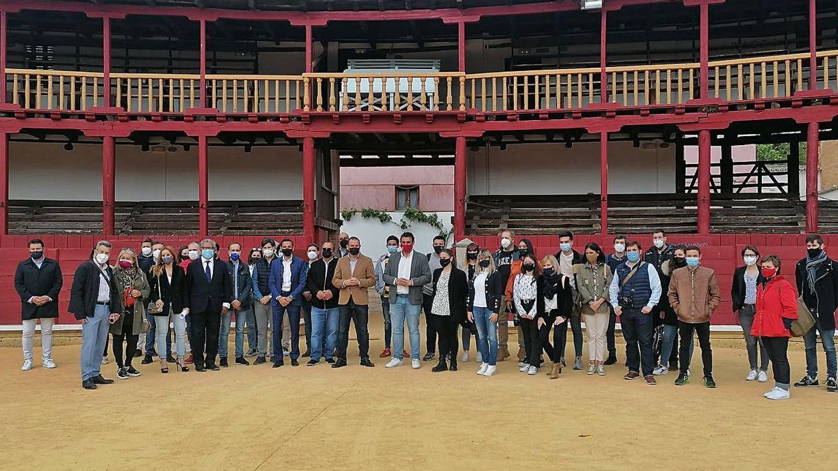 Alumnos del curso, en la plaza de toros. A la izquierda, en el Palacio de los Condes de Requena. | M. J. C.