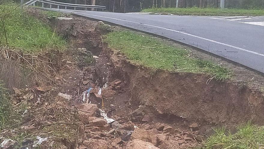 El agua hunde la carretera de Meira de Arriba, de acceso a la Autovía, y los vecinos piden solución