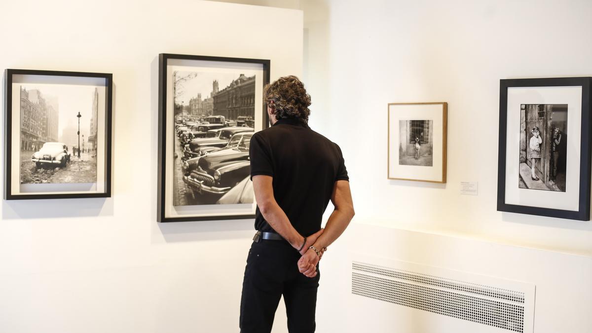 Un visitante admira una exposición en Cáceres.