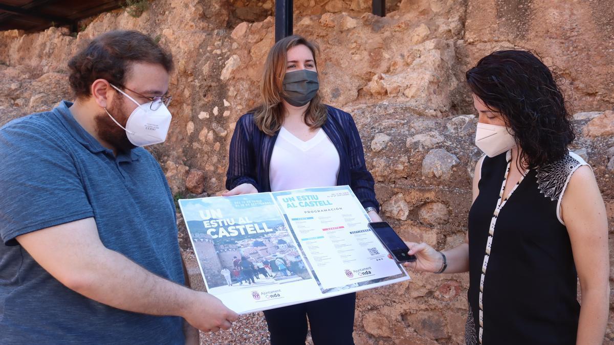 Los concejales Vicent Bou, María Baila y Maria Prades han presentado este lunes la programación de la campaña 'Un estiu al castell' en Onda.