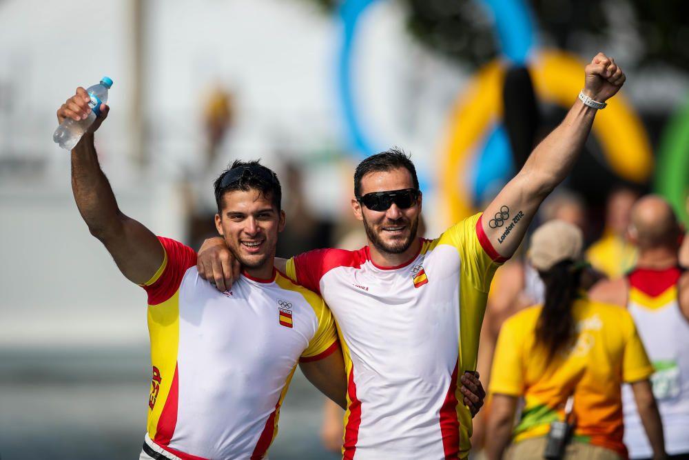 Los dos deportistas celebran su oro // EFE