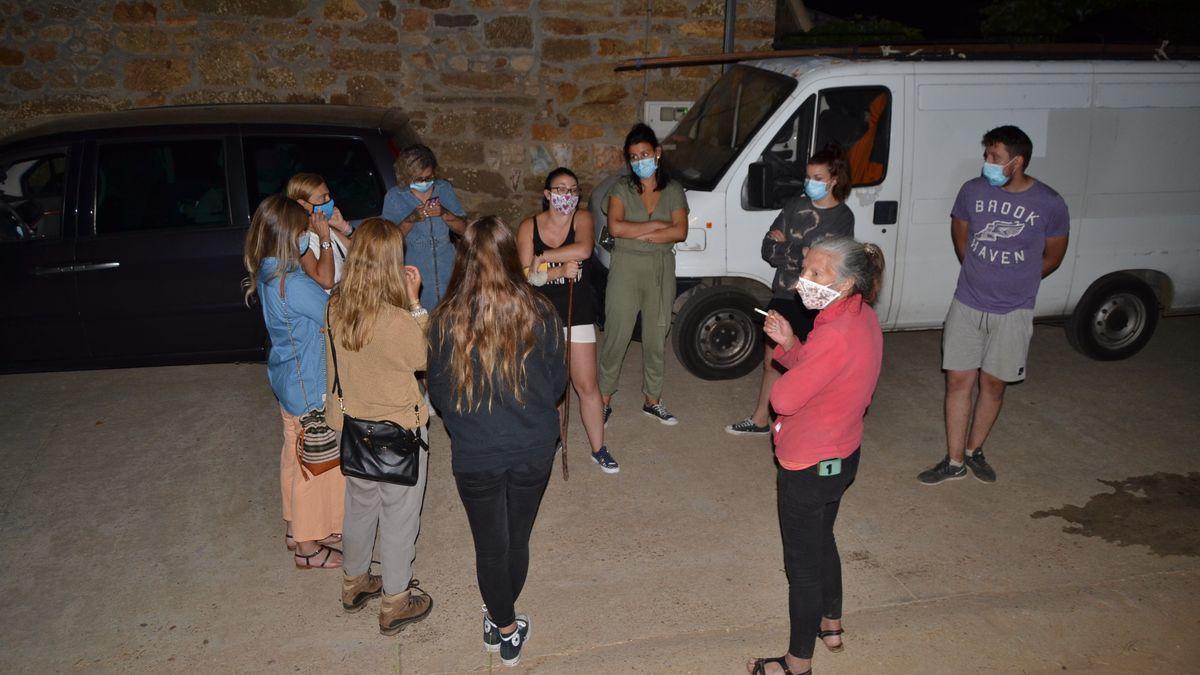 Vecinos de Vime de Sanabria, durante la noche de la macrofiesta.