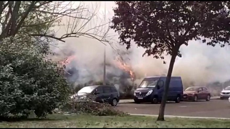 Incendio junto al parking de la Ciudad Deportiva de Zamora