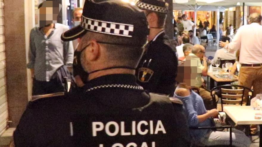 Los policías sancionan a varias personas de Elche que estaban haciendo botellón en Alicante incumpliendo las medidas de seguridad