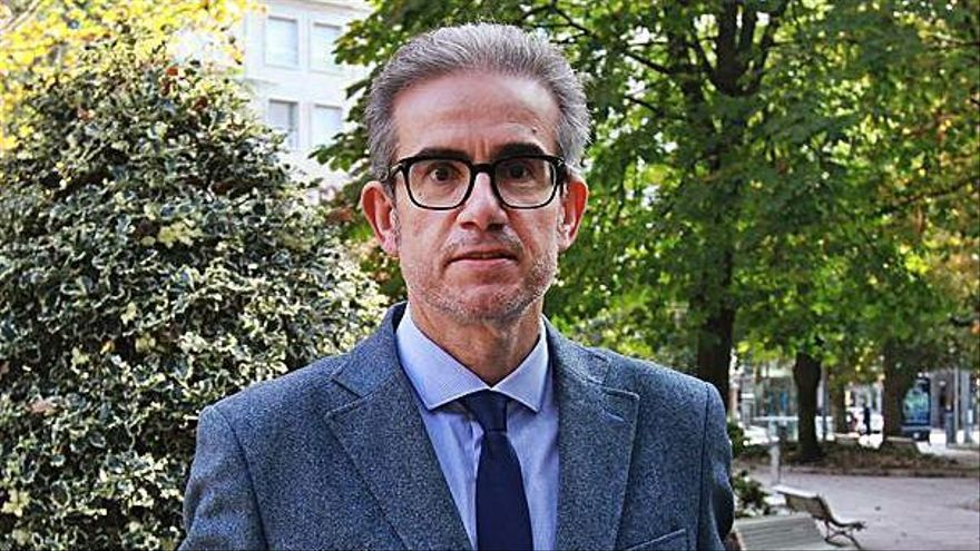 José Manuel Díaz Barreiros con su programa electoral.  |   // IÑAKI OSORIO
