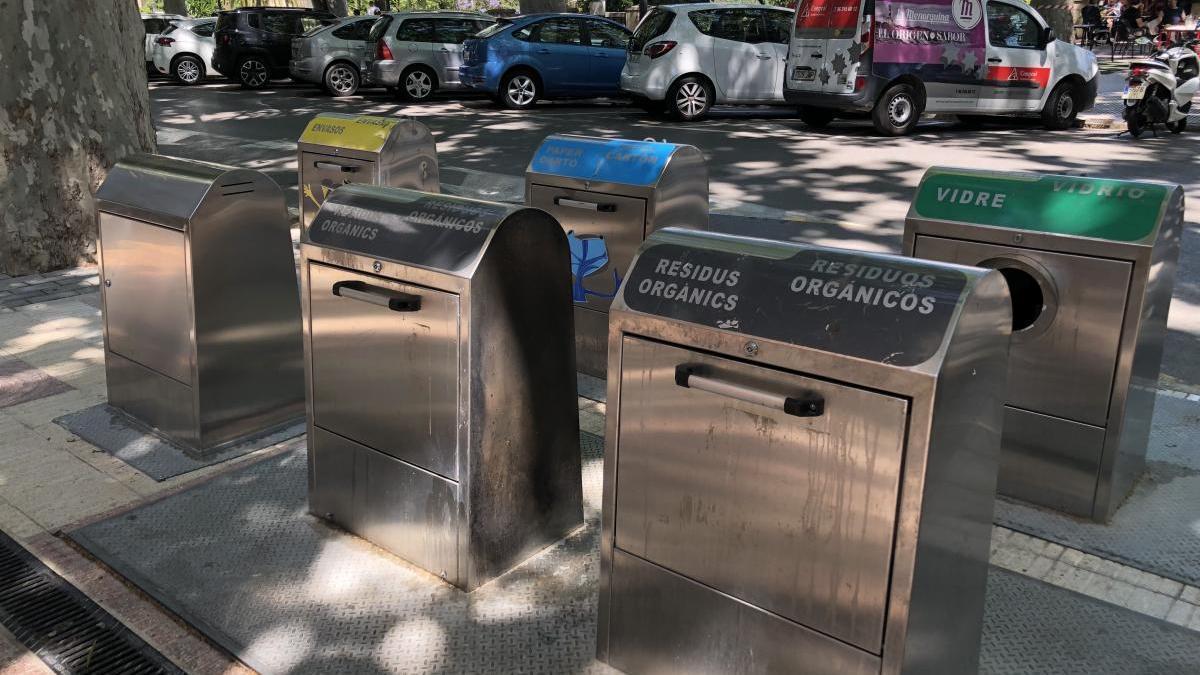 Contenedores de recogida selectiva de basura en la Albereda
