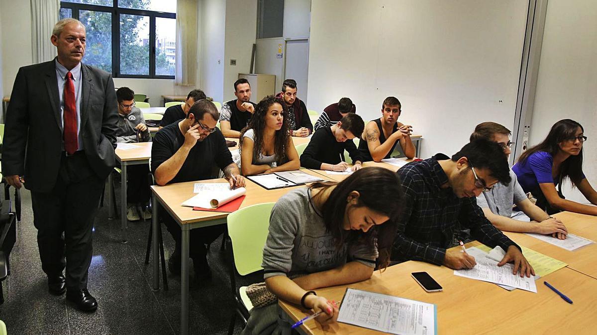 Proceso de selección de jóvenes valencianos para trabajar en Alemania.   VICENT M. PASTOR