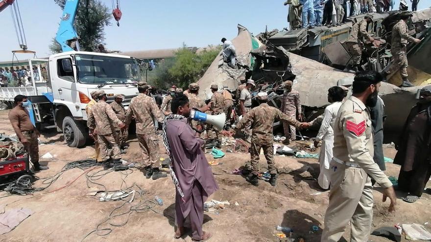Al menos 35 muertos en un choque de trenes en Pakistán