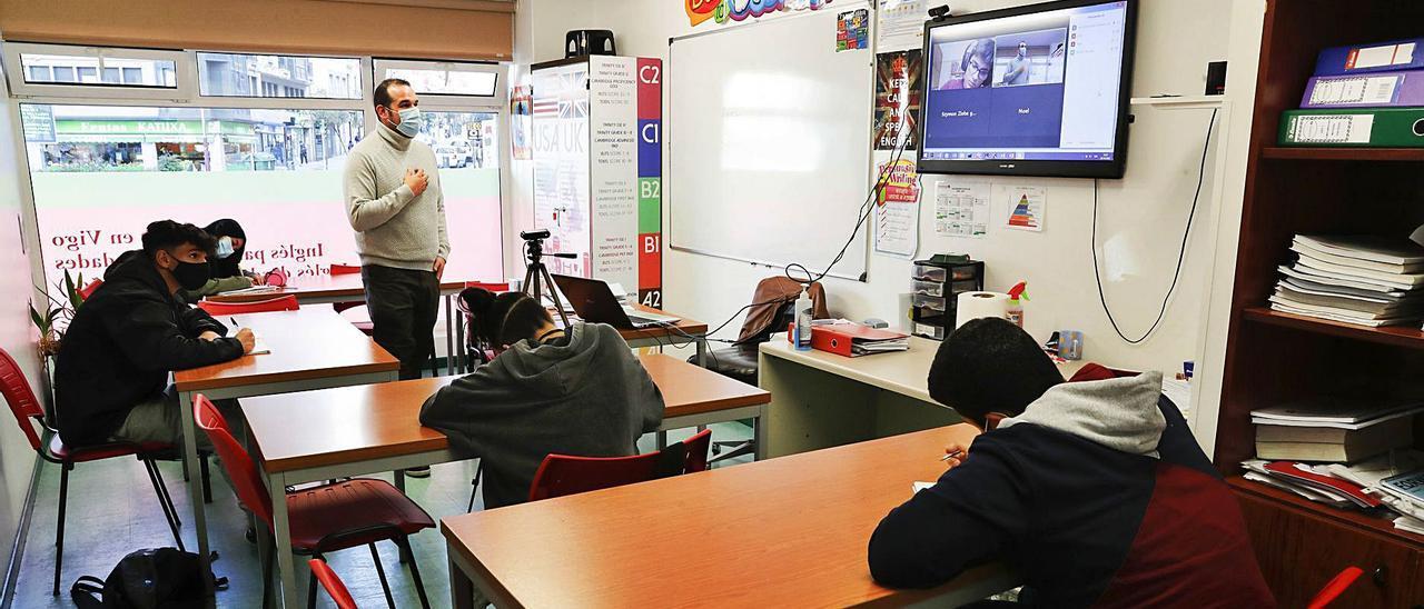 Un aula en la academia Schoolhouse, de Vigo, que combina presencialidad con clases remotas
