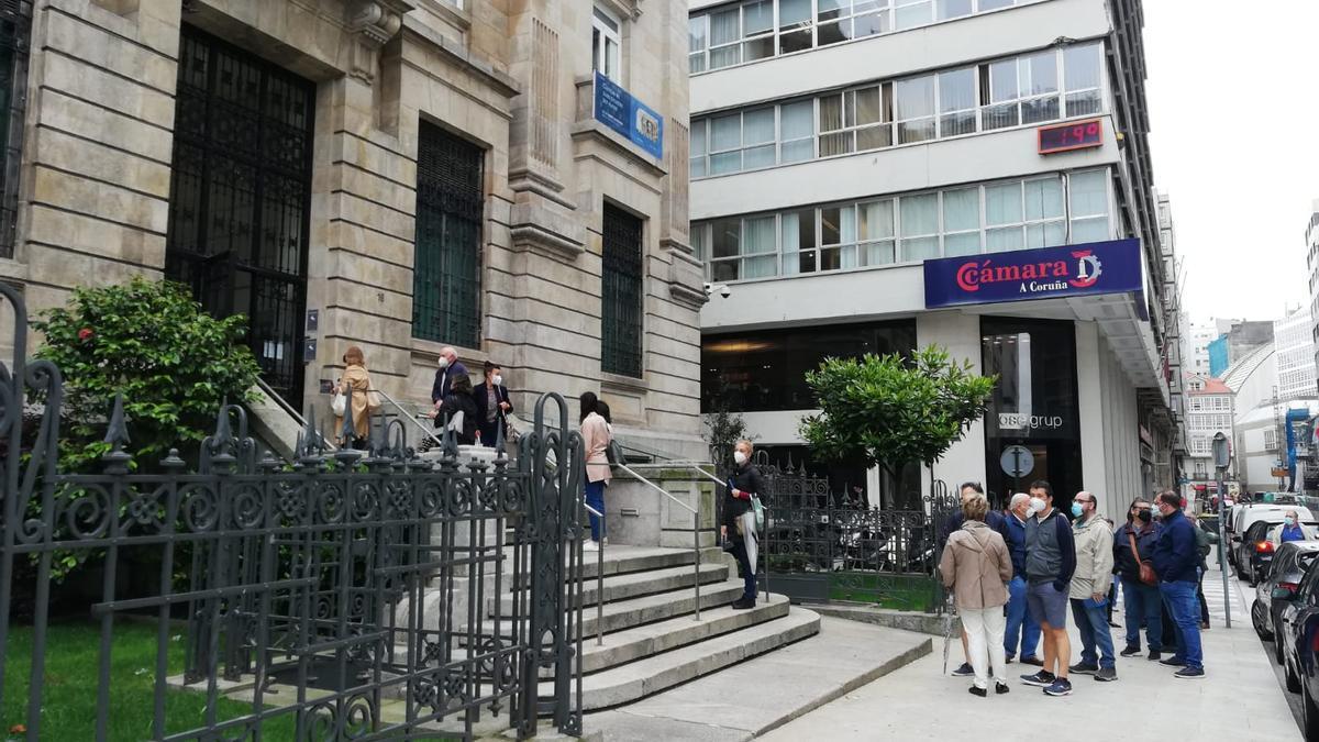 Colas, hoy, delante de la sede del Banco de España en A Coruña, en la calle Durán Loriga.