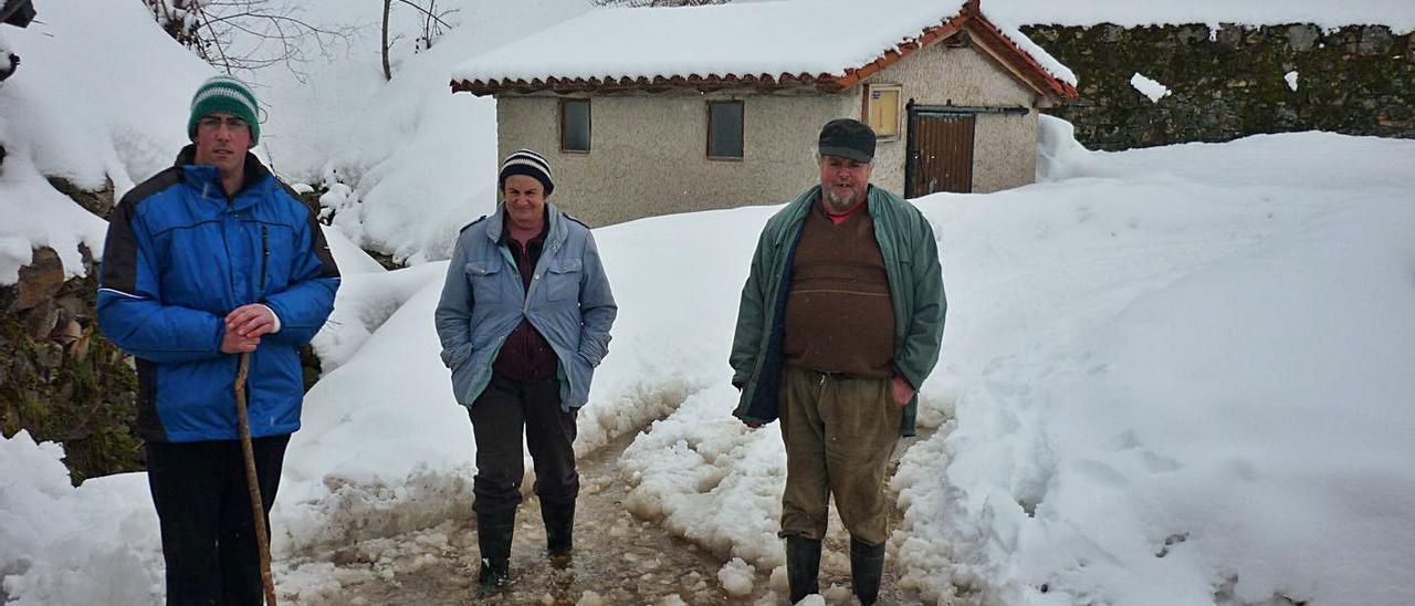 A la izquierda, José Manuel Álvarez acompañado por sus padres, Marisol Tablado y Eloy Álvarez, en Genestoso, en una foto tomada en el invierno de 2015.