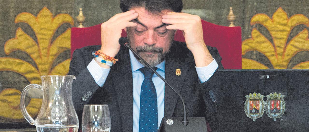 El alcalde de Alicante, pensativo, en un pleno del Ayuntamiento de Alicante.