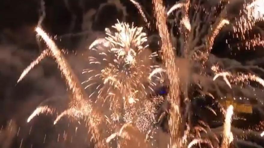 Vídeo alucinante: un dron se introduce en un castillo de fuegos artificiales