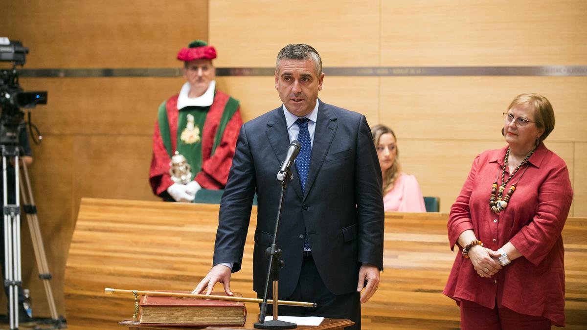 Carlos Gil, al tomar posesión como diputado.