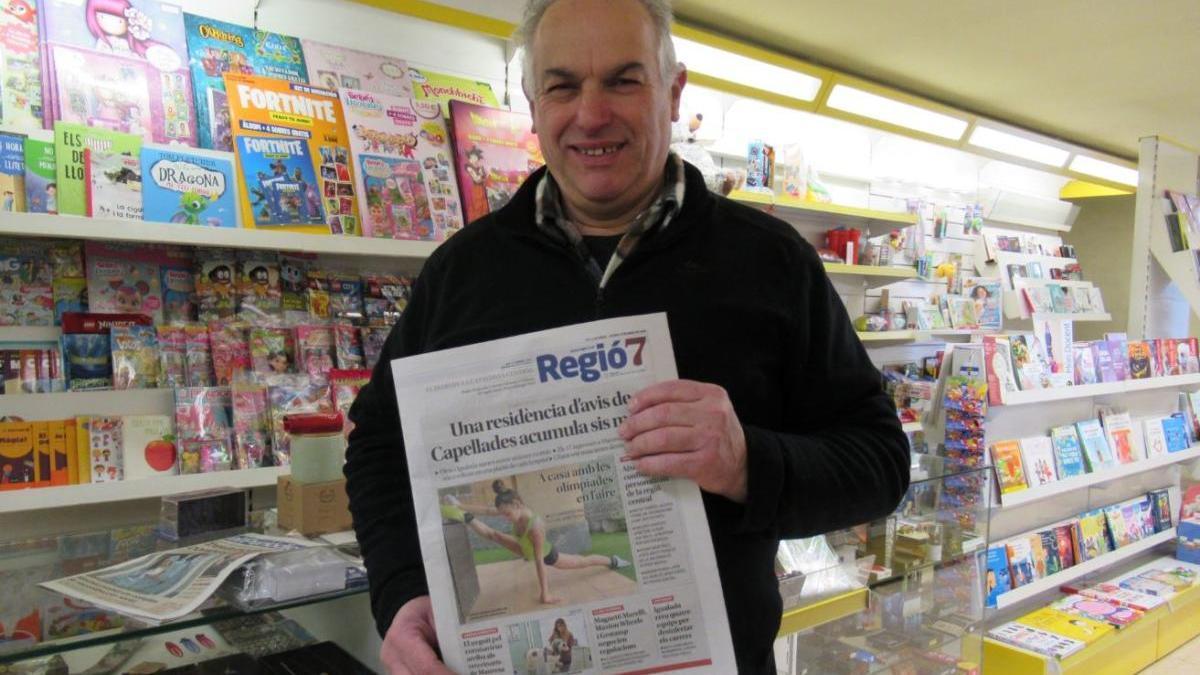Un lector de Regió7 comprant el diari al quiosc  