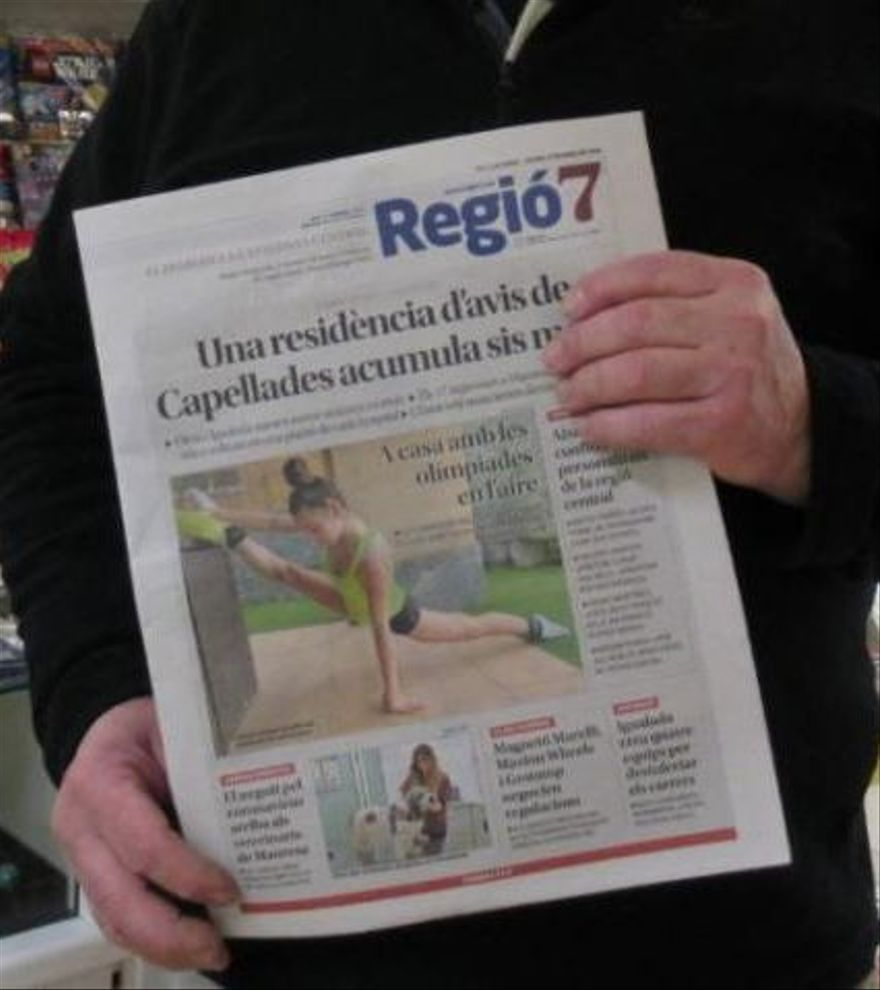 Un lector de Regió7 comprant el diari al quiosc |
