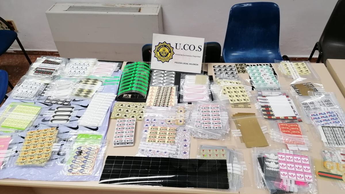 Etiquetas falsas confiscadas por la Policía Local.
