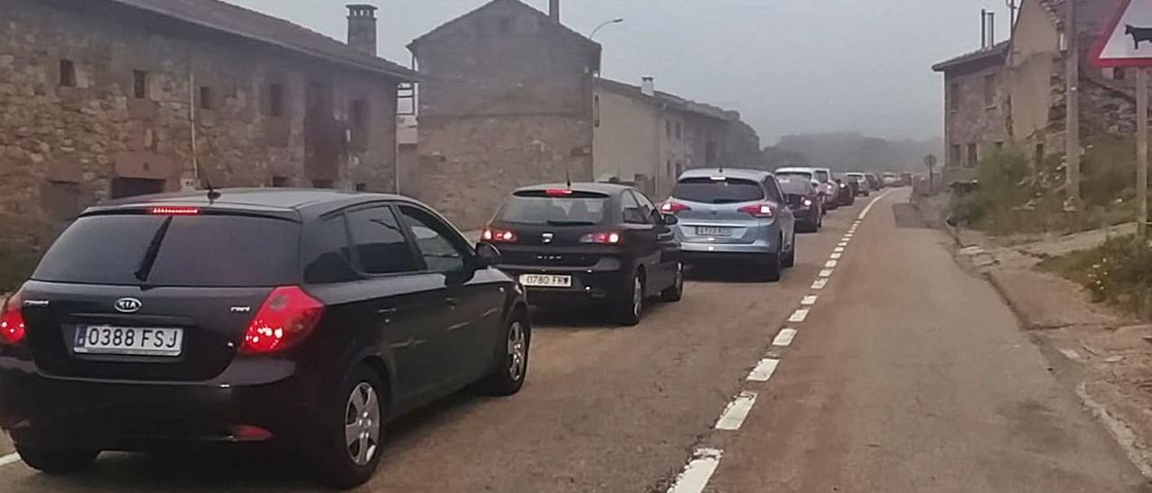 Arriba, vehículos en la retención formada ayer a la altura de Busdongo. En el círculo, el tramo en obras, antes del atasco. | D. M.