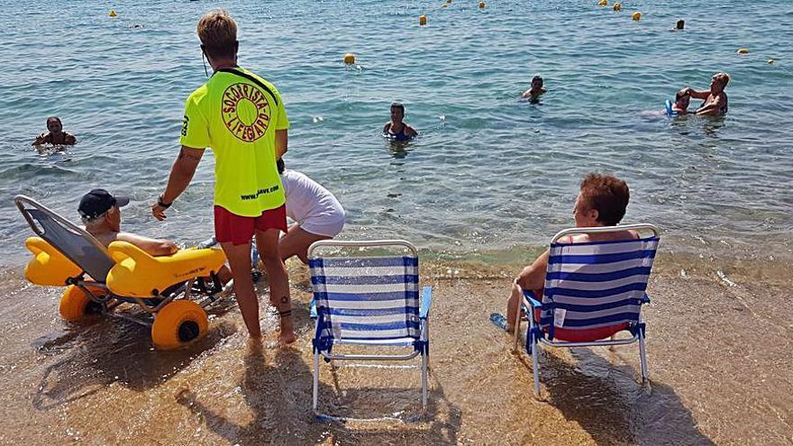 Transport de persones grans fins a la platja de Calonge