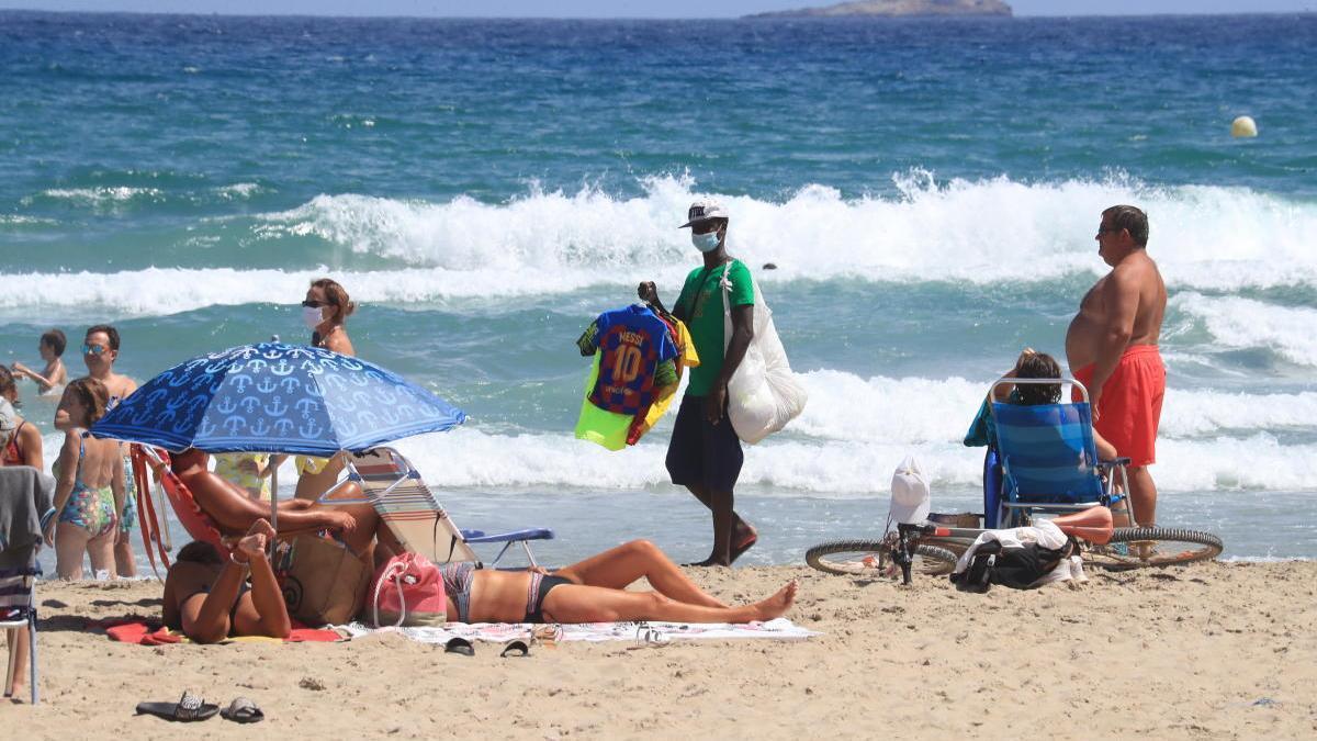 La venta ambulante en las playas afecta a los negocios de La Manga y Cabo de Palos