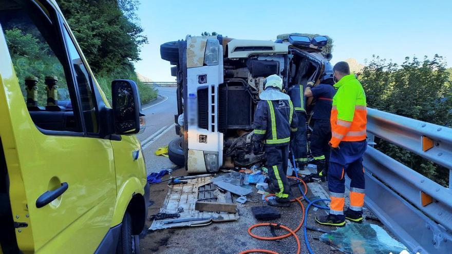 Fallece un camionero al volcar en Pajares cuando llevaba forraje a León