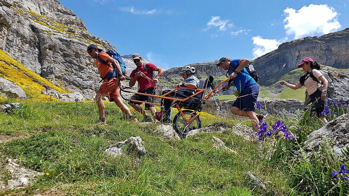 Dos guías pilotaron la silla Jöelette utilizada para que personas con movilidad reducida puedan disfrutar de la montaña.