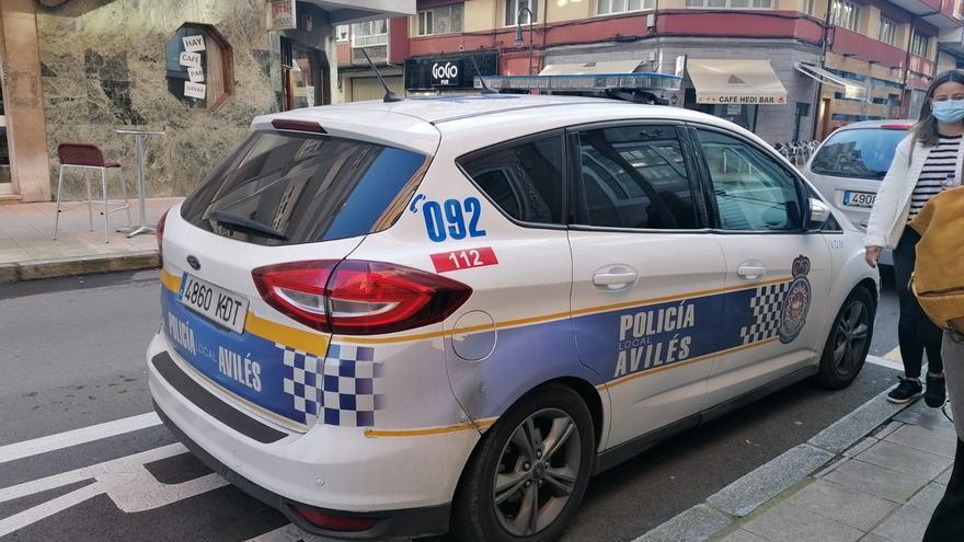Amenaza con una navaja a un anciano y acaba detenido tras insultar a los agentes