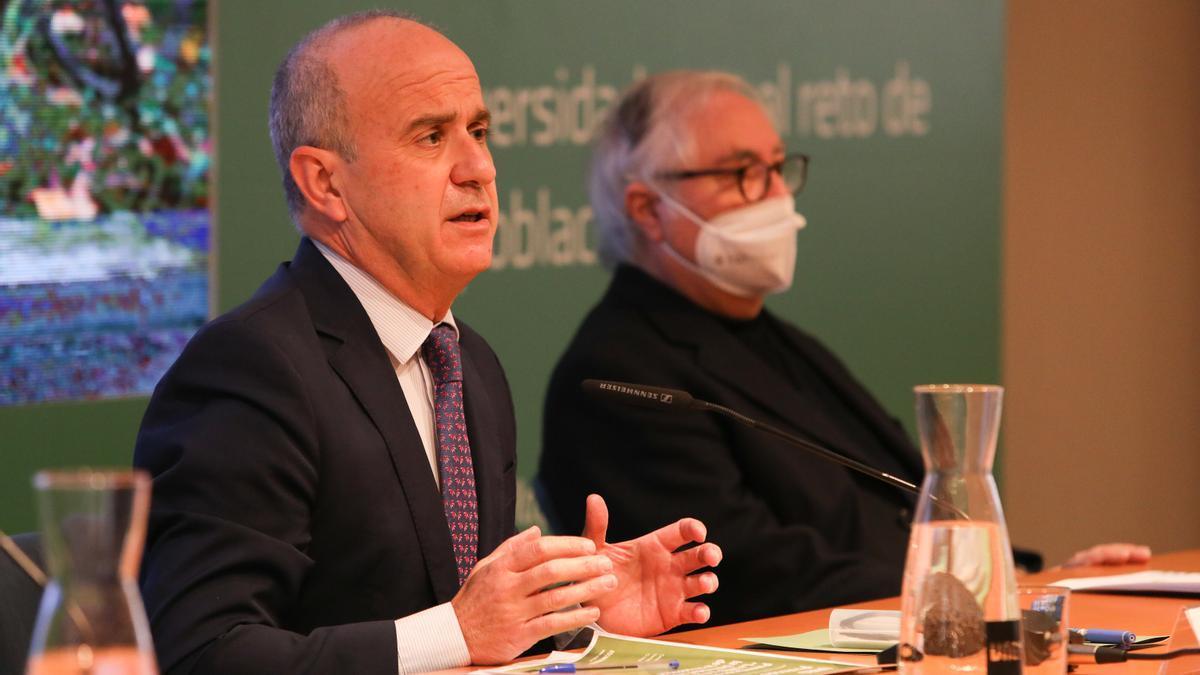 El rector de la UNED, Ricardo Mairal, y el ministro de Universidades, Manuel Castells.