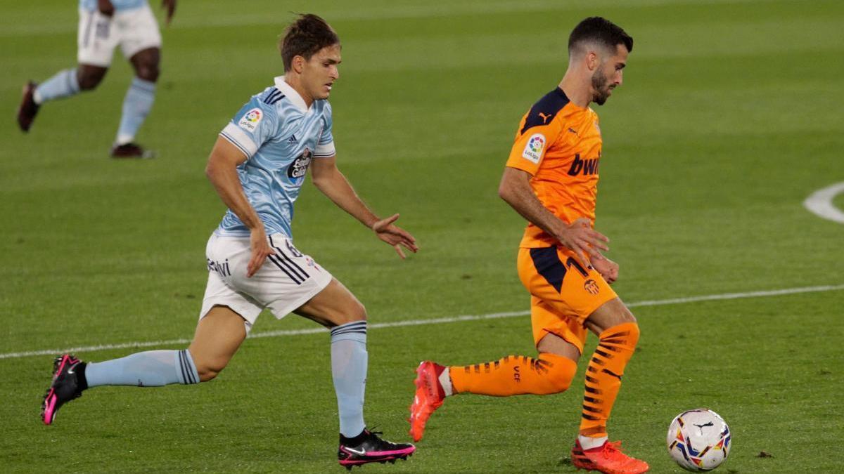Gayà protege un balón ante la presión de Denis Suárez