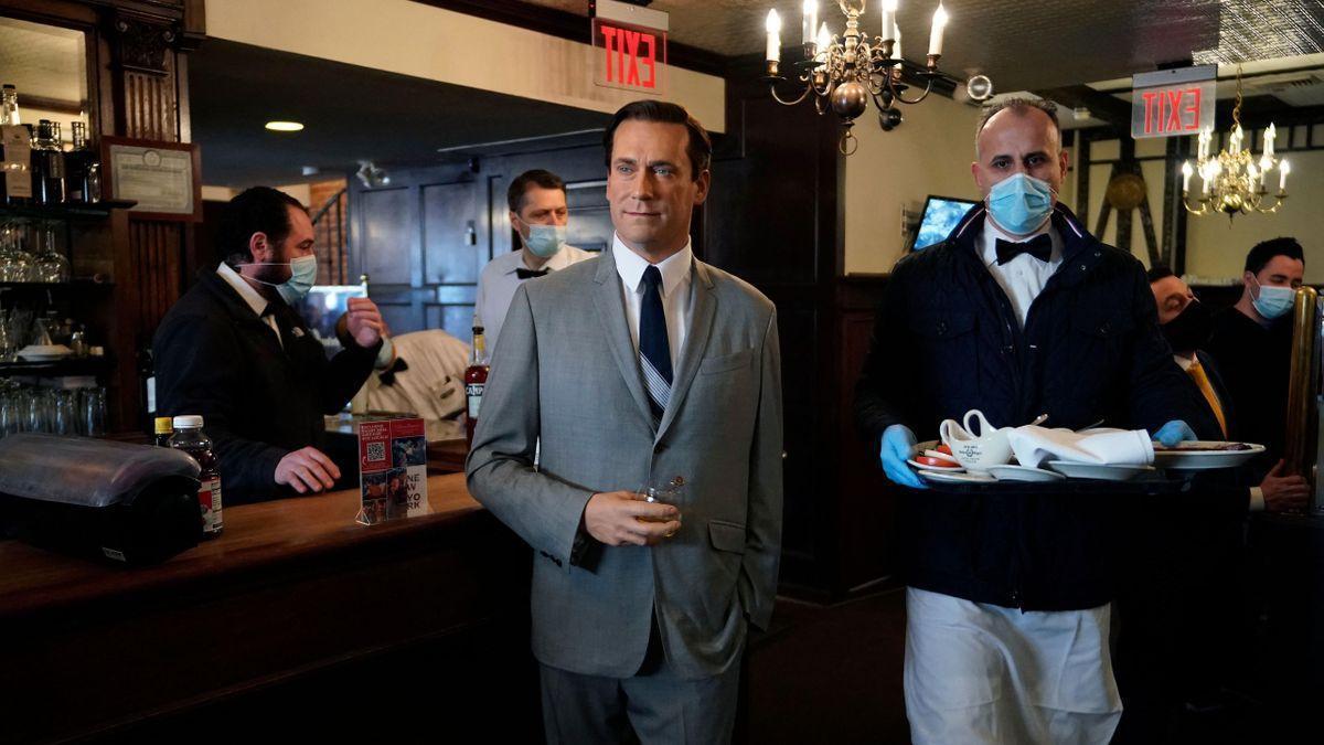 Un famoso restaurante neoyorquino usa figuras de cera del Madame Tussauds para hacer bulto