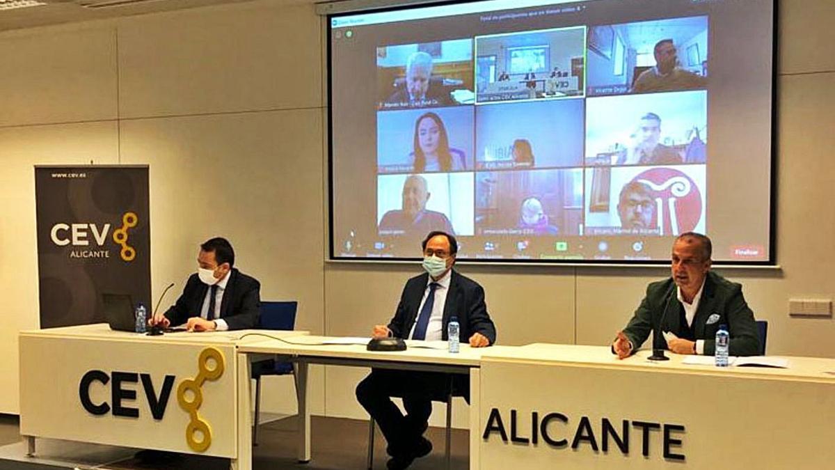 Manuel Illueca, Vicent Soler y Perfecto Palacio, presidente de CEV-Alicante, ayer.   LEVANTE-EMV
