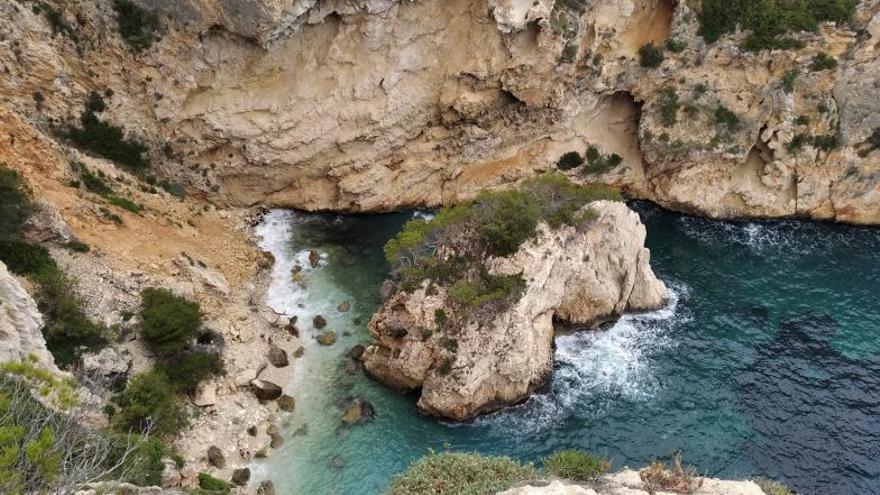 Los bañistas se pierden en el acantilado de Xàbia al buscar una cala inaccesible