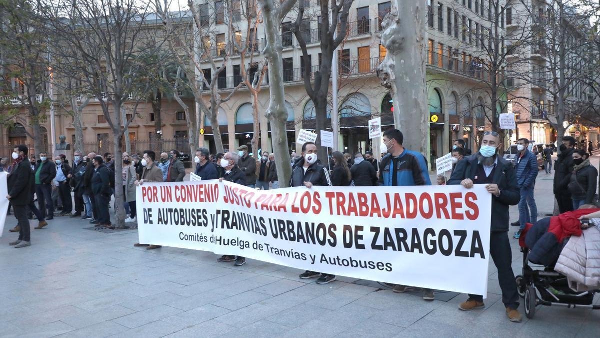 Protesta conjunta de los trabajadores en huelga del bus y el tranvía, en Zaragoza.