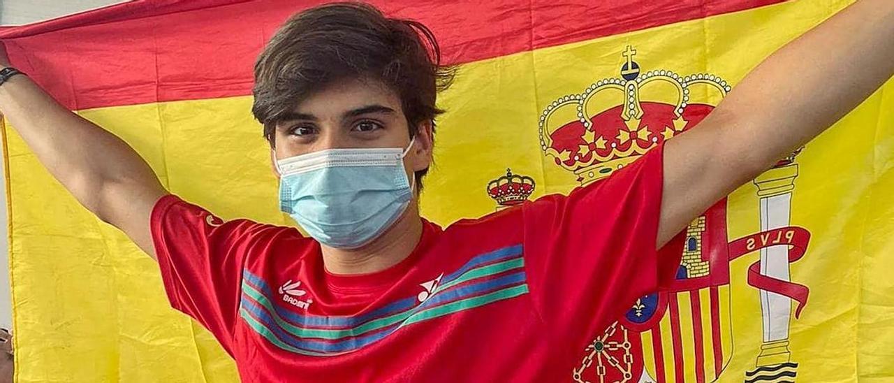 Rodrigo Sanjurjo porta una bandera nacional durante el Bulgarian U17 Internacional de Svilengrad. |