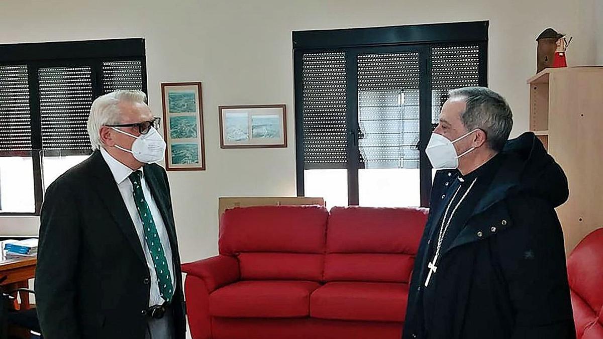 El alcalde de Alcañices, Jesús Maria Lorenzo, en una reciente visita del obispo de Zamora, Fernando Varela. | Ch. S.
