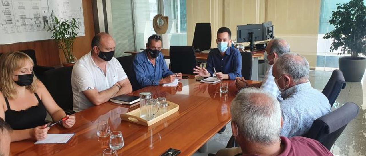 Imagen de la reunión de Javier Torres con los representantes municipales y de la Fitie. | D.I.