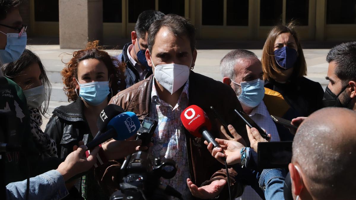 Toni Valero (IU), atiende a los periodistas en Córdoba.